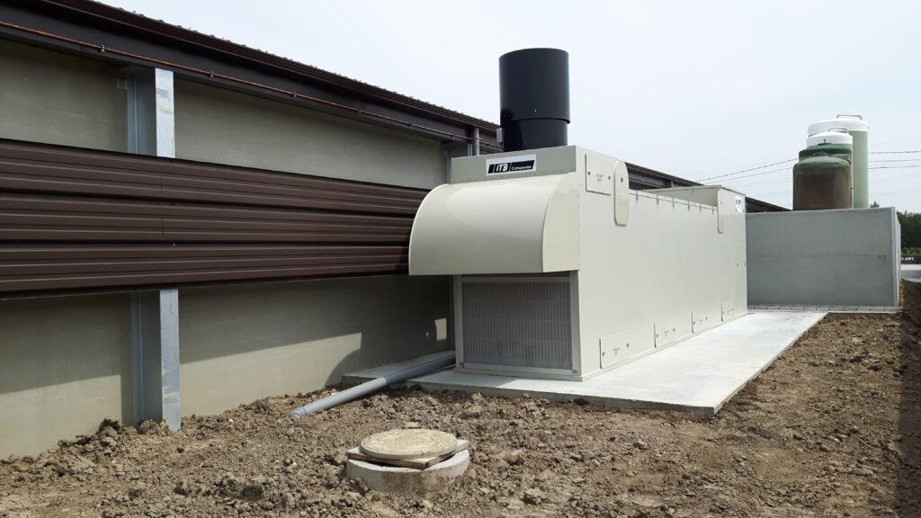 Warmtewisselaar AIR2-DS bij vleeskuikenstal met kap